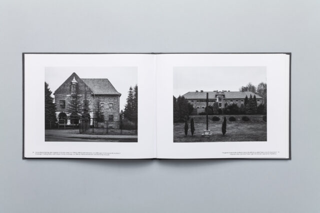 Rozkładówka z photobooka Auschwitz – Fall of The Modern Age