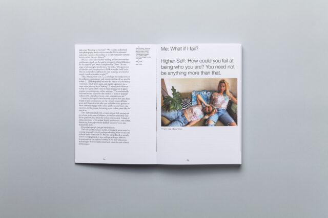 Rozkładówka z książki Okładka książki Why Exhibit? Positions on Exhibiting Photography